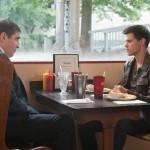 CIA-Agent Frank Burton (Alfred Molina) schlägt Nathan Harper (Taylor Lautner) einen Deal vor