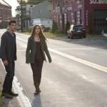 Nathan (Taylor Lautner) und Karen (Lily Collins) zu Fuß auf der Flucht vor ihren Verfolgern.