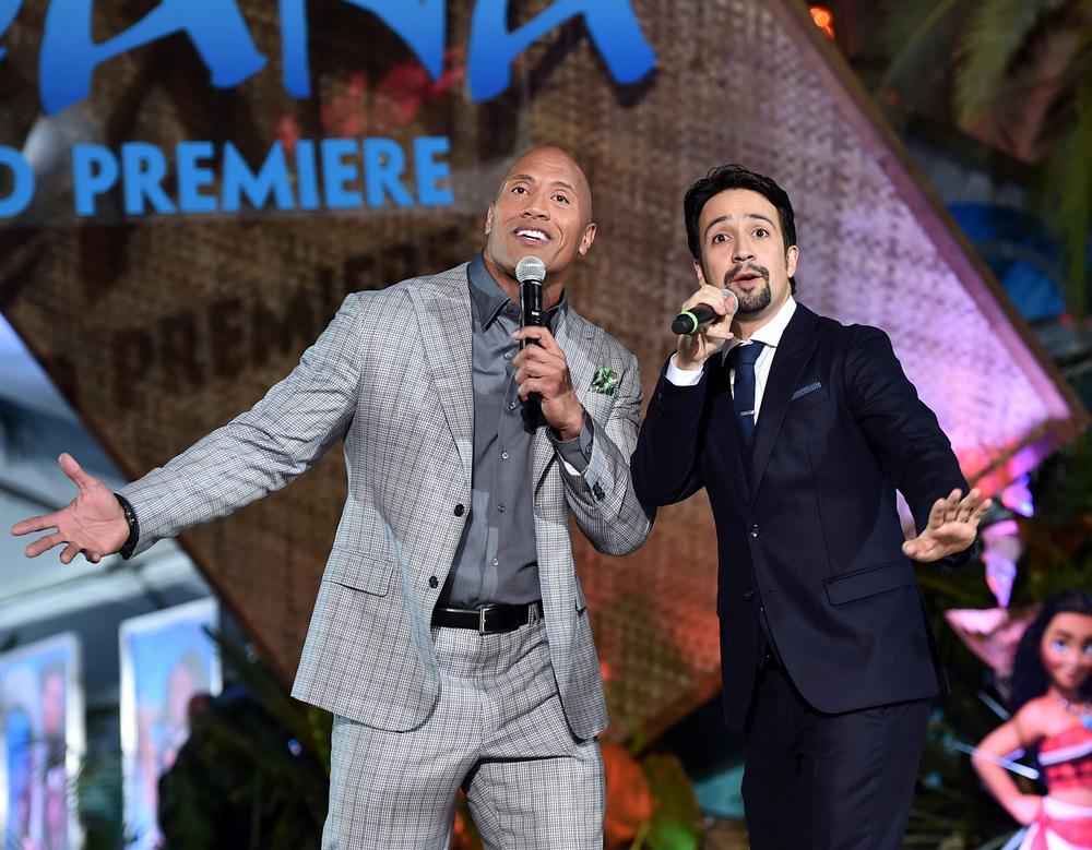 """Der Schauspieler Dwayne Johnson (l) und der Songwriter Lin-Manuel Miranda singen ihren Song """"You're Welcome"""" bei der Weltpremirere von VAIANA im El Capitan Theatre in Hollywood am 14.11.2016."""