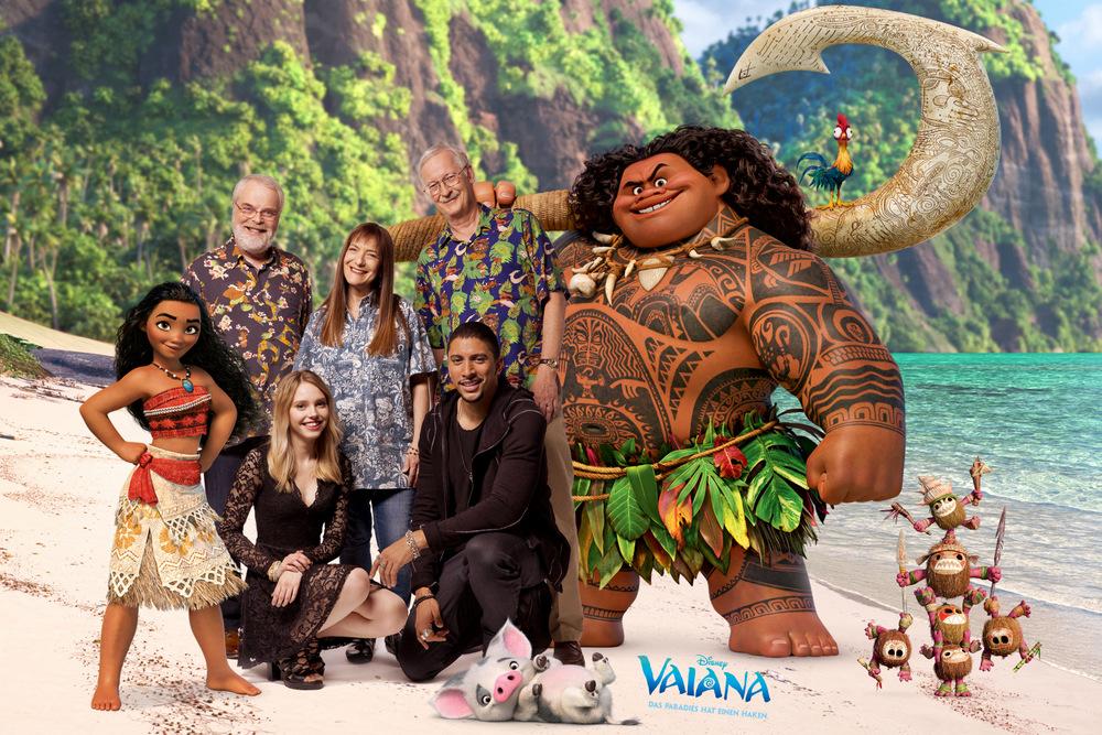 Lina Larissa Strahl und Andreas Bourani (vorne v.l.n.r.), die deutschen Stimmen von Vaiana und Maui, zusammen mit dem beiden Regisseuren Ron Clements (hinten links.) und John Musker (hinten rechts) sowie Produzentin Osnat Shurer (hinten Mitte)